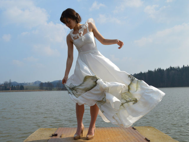 Svatební ručně malované šaty z hedvábí